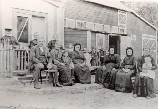 07-MHA-054.056_Mennonite_families_at_Rosenbach_1919-768x532